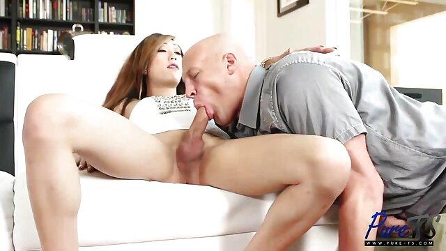 یک زن آسیایی گریه کننده با صدای بلند فریاد سکس ضربدری فیلم می زند زیر دوش که آب میخچه هایش را آب می کند و سوت چشمی در چهره دوستش به پایان می رسد