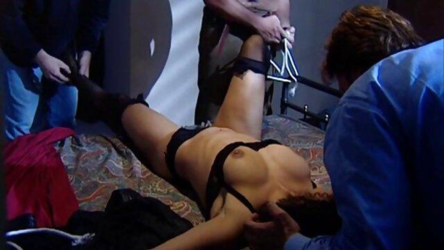 این عکاس عضلانی در استودیو سه مدل سکسی را لعنتی فیلم داستانی ضربدری می کند