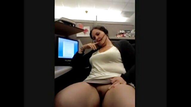 یک مرد فیلم سکس ضربدری ریش دار روی یک دختر جوان آلت تناسلی به واژن وارد می کند