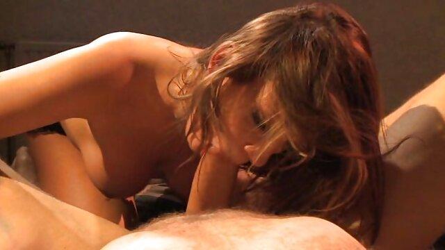دختری که خروس در دهانش جلوی دوربین دارد ، در آموزش سکس ضربدری بازیگران فاحش بازی می کند