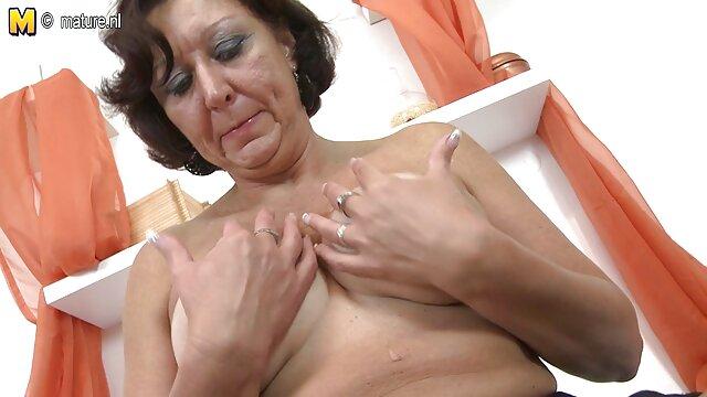 ایتالیایی بدن زنی که در حال استراحت اوکراینی در یونان است ، ورزید و راه او لگد ضربدری باحال را با دستش لمس کرد و خون شروع به بازی کرد