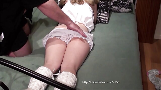 شخص با مشاغل پرستار به صورت لباس صورتی سکسضربدری و موهای زامبی در حالت خمیده بازی می کند