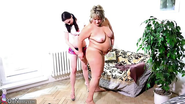 زن جوان مشکل دار پس از آمدن به خانه خود و نشان دادن سینه ضربدریسکس ، بر پاهای خود در همسایه بزرگ سینه خود ایستاد.