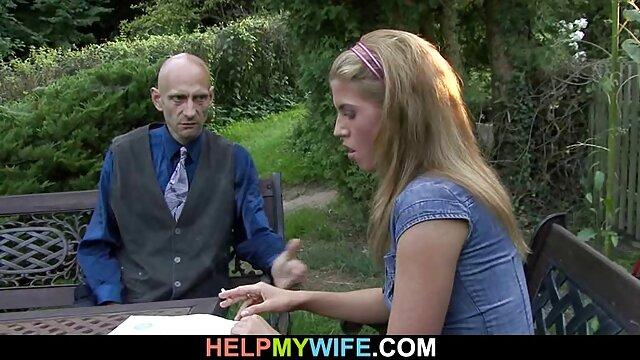 یانگ داستان سكس ضربدري زنم فیلی الاغی به دکتر می دهد تا آب نبات را بمکد
