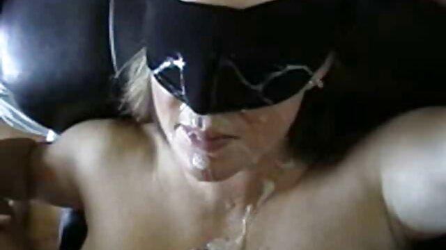 خواهر این همسر شوهر فقیر خود را در پشت خود در آشپزخانه مسخره می کند فیلم ضربدری و پس از دوش یک حوله را باز می کند
